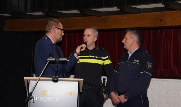 Burgemeester Stapelkamp in gesprek met Addy Donderwinkel en Jürgen Schütte. Foto: Frank Vinkenvleugel  © Achterhoek Nieuws b.v.