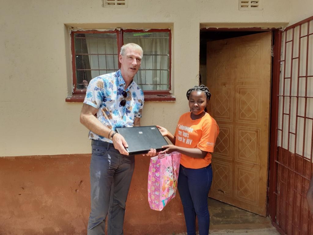 René Hartman overhandigt een van de zes laptops aan Cindi Mdluli ten behoeve van centrum Hope. Foto: PR Stichting Opstap  © Achterhoek Nieuws b.v.