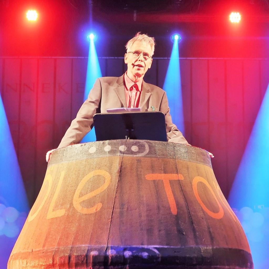 Buutreedner Mark Ebbers in 'de tonne'. Foto: Theo Huijskes  © Achterhoek Nieuws b.v.
