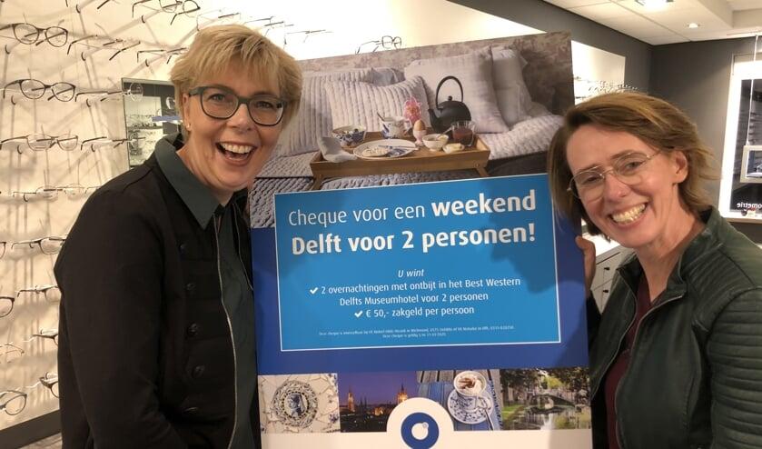 Arienne Sevink krijgt de cheque overhandigd door Marjan Groot Kormelink. Eigen foto