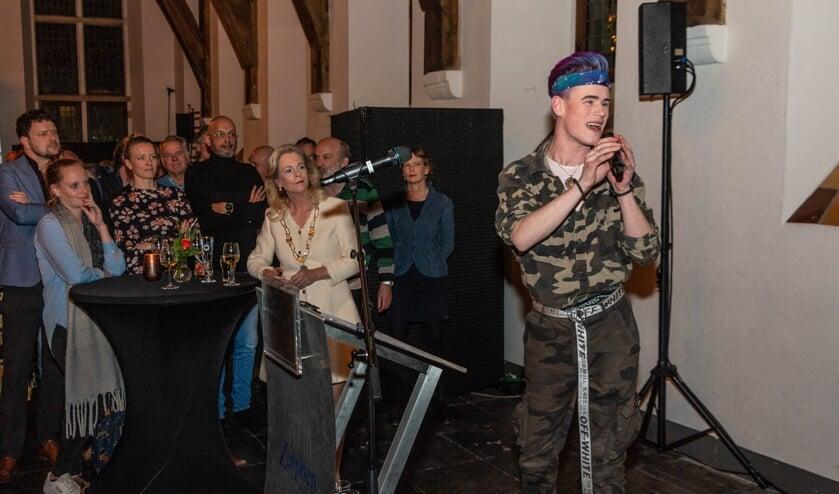 Burgemeester Annemieke Vermeulen (m.) nodigde na haar toespraak 'zingende Ziggy' uit op het podium. Foto: Henk Derksen