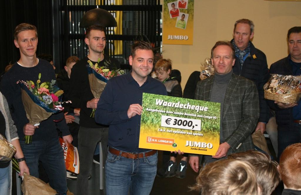 Een mooie cheque ten behoeve van de jeugdopleiding. Foto: Jos Betting  © Achterhoek Nieuws b.v.
