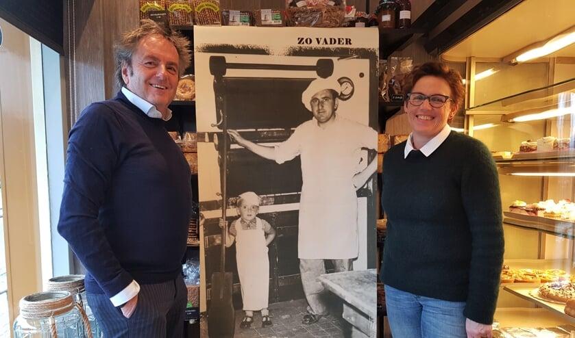 Jos en Francis Knippenborg met in hun midden het doek met hierop kleine Jos met zijn vader. Foto: Henri Walterbos