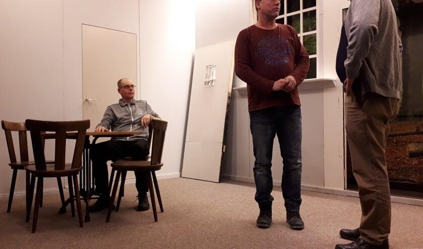 Gerard van Til, Roland Wolbrink en Jan Borgman (v.l.n.r.) tijdens een van de repetitieavonden in het Ludgerusgebouw. Foto: PR.