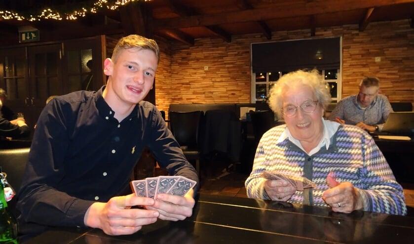 Simon Klein Gebbinck (19) en Anna Wopereis (98) laten zien dat kruisjassen een spel voor alle leeftijden is.