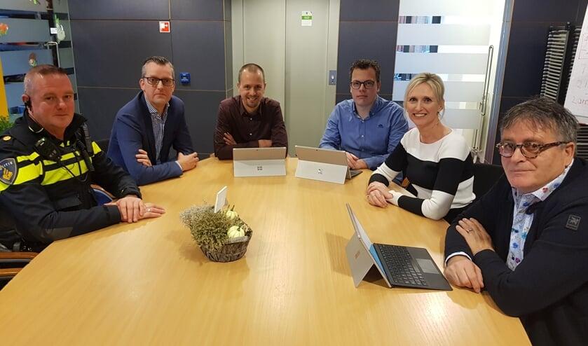 Van links naar rechts: Berend Jager, Willem Jan Feijer, Kars Engwirda, Roy Esselink, Jaschenka Plekenpol en Harrie Garritsen. Burgemeester Joris Bengevoord ontbreekt op de foto. Foto: Han van de Laar