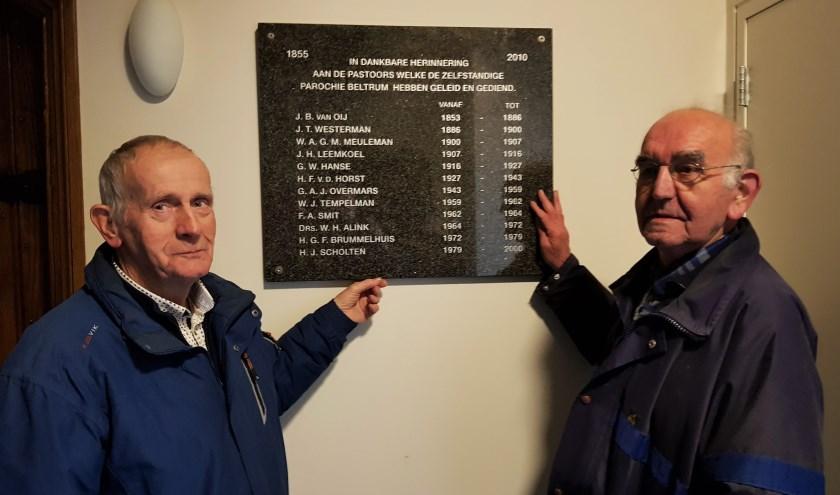 Joop Ribbers (links) en Jan Kok bij de zojuist bevestigde plaquette. Foto: Henri Walterbos