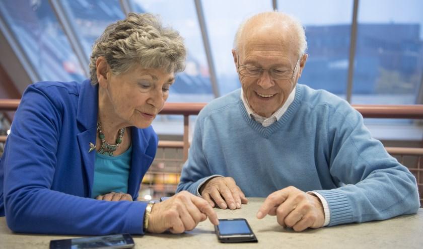 Vrijwilligers helpen bij vragen over het gebruik van smartphone, tablet, e-reader, of computer. Foto: PR
