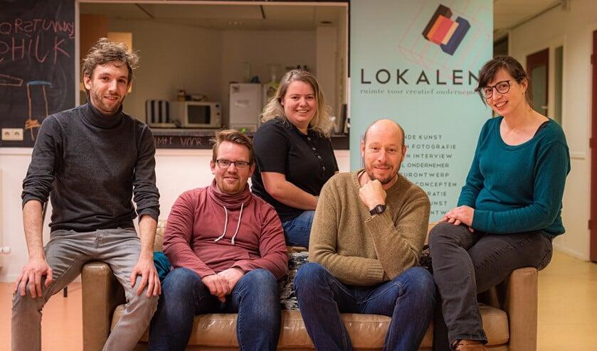Vlnr: Rick Mellink, Rick Groters, Rosanne van Schriek, Dyon Temming en Evelien Nijenhuis vormen de organisatie van de derde editie van het Visstickfeestje.