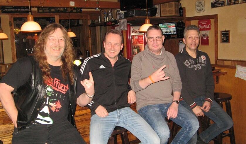 Peter Jansen, Marcel Onnink en Aad Bannink, de organisatoren van de hardrock- en metalquiz, en eigenaar Dolf Setz van Huiskamer Setz (vlnr). Foto: Bart Kraan
