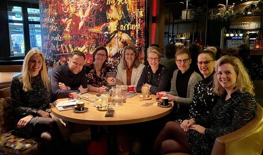 Vlnr: Jantien, Joost, Maike, Kimberley, Annemieke, Anita, Rianne en mede-organisator Imke tijdens de coachingssessie bijMarkt 5.