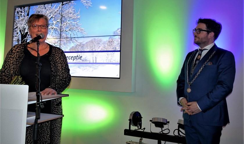 Raadslid Marja Eggink spreekt de zojuist voor nog zes jaar benoemde burgemeester Sebastiaan van 't Erve toe. Foto: Henri Bruntink