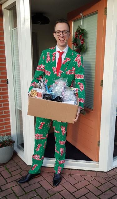 Leander Boumans van Leo Club Achterhoek als Secret Santa langs Achterhoekse gezinnen. Foto: PR