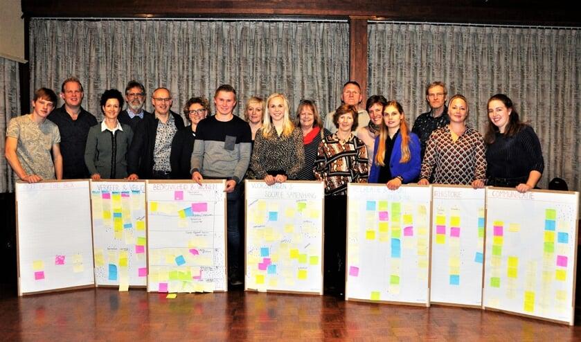 Leden van o.a. de werkgroep dorpsplan Zwolle achter de themaborden met ideeën en wensen.