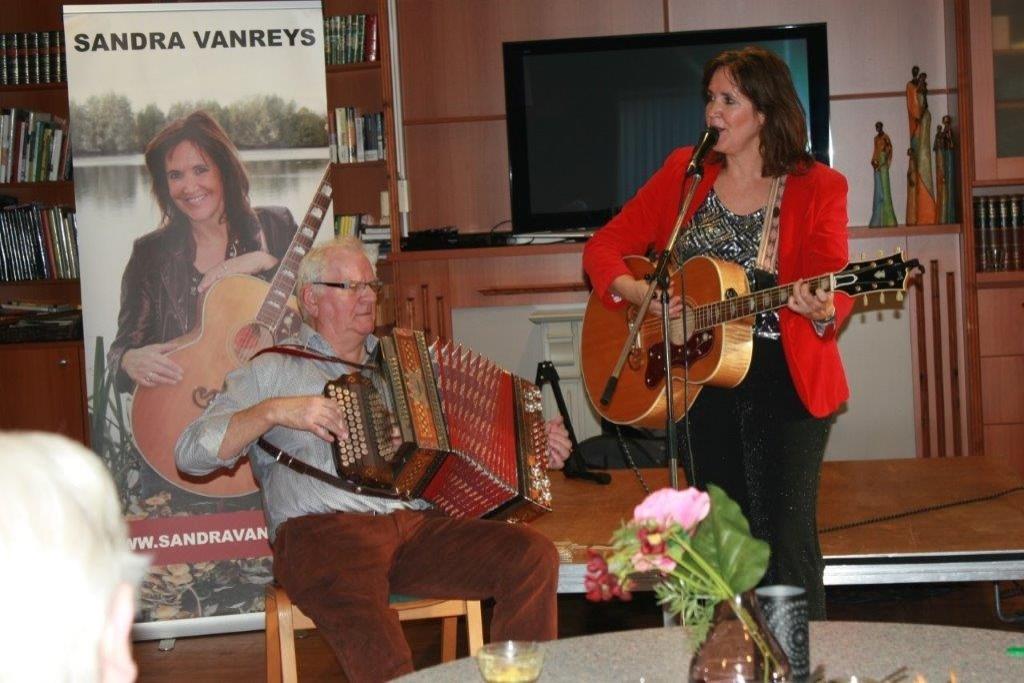 Johan te Molder op zijn harmonica, samen met Sandra Vanreijs op gitaar. Foto: Jos Betting © Achterhoek Nieuws b.v.