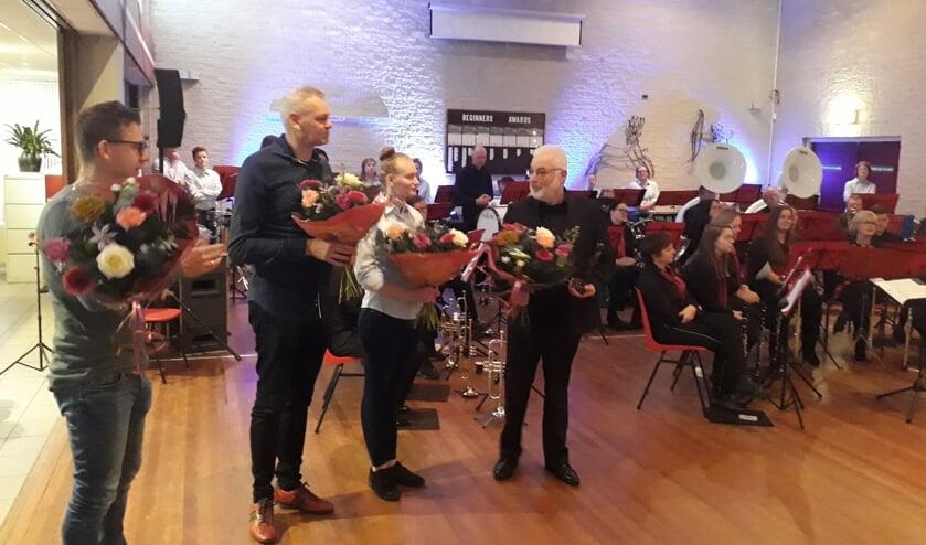 Bloemen voor de dirigent, instructeurs en de vrijwilligers.