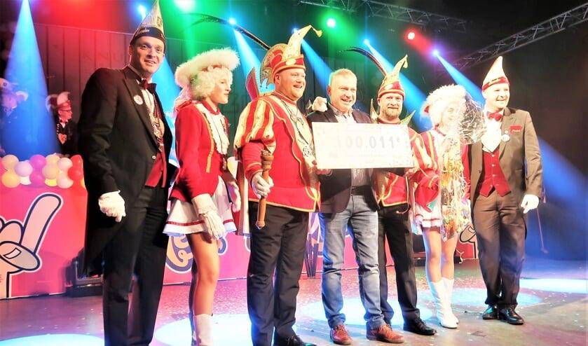 Gerard (Pim) Huijskes neemt als 100.011ste bezoeker de onderscheiding in ontvangst. Foto: Theo Huijskes