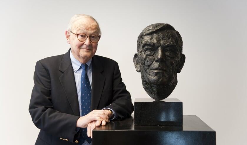Biograaf Paul Weller bij de buste van Alfred Mozer die door Prinses Beatrix werd gemaakt en onthuld. Foto: Jessica de Lepper