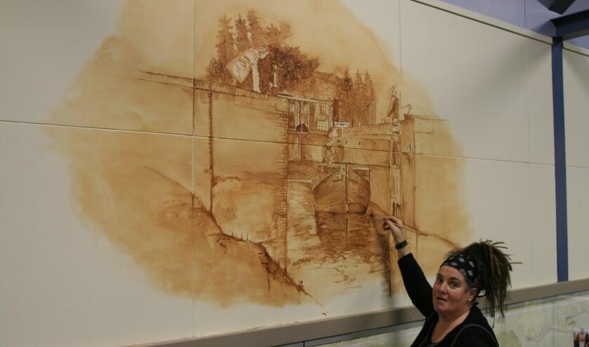 Hilda Haselberg bezig met de fraaie muurschilderingen in de zompenloods in Borculo. Foto: Gerrit Gönning
