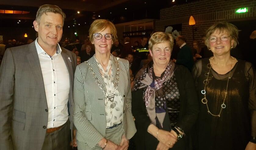 Vlnr Walter Leemreize, burgemeester Bronsvoort, Maria Monasso en Gerda Brethouwer.