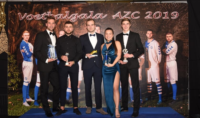 De winnaars van het AZC-voetbalgala. Vanaf links: Jorg Heemskerk (Fairplay), Onur Köse (AZC 2), Sven Calot (AZC 1), Jai-Lana Joseph (dames) en Felix Mulder (talent). Foto: Freddy Burgers