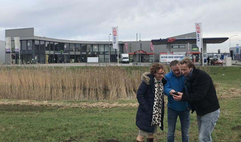 Gitte Wisselink met Herbert Keppels en Hiltjo Carp van ECWV. Foto: Britt Radema