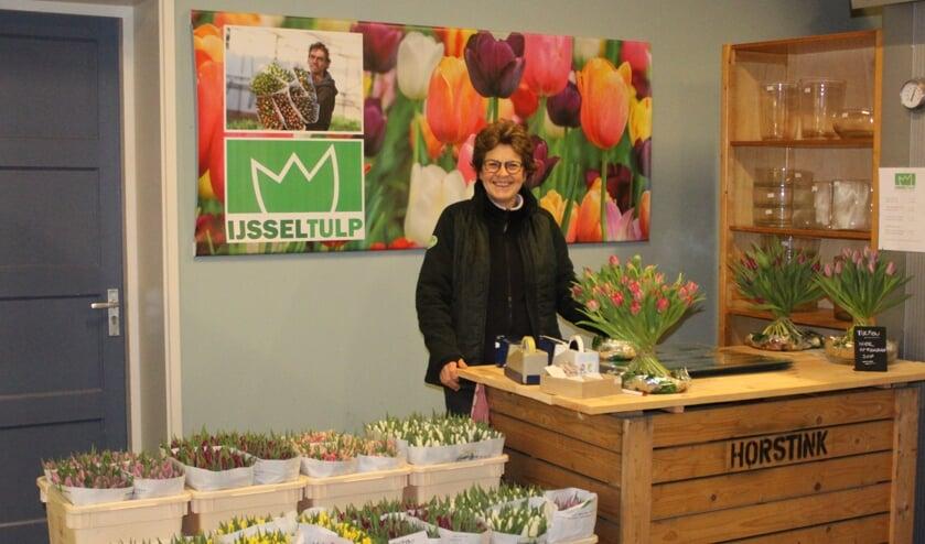 In het tulpenwinkeltje van Horstink staat Ans Snelder, een oude bekende voor de klanten van Jordi Wesselink. Foto: PR