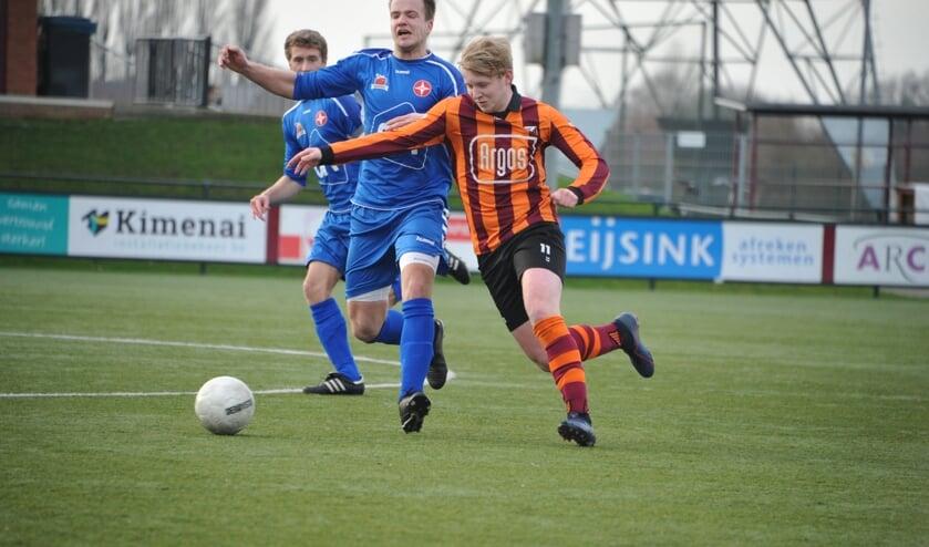 Nathan Greven van FC Zutphen (r) gaat voorbij zijn tegenstander. Foto: Hans ten Brinke