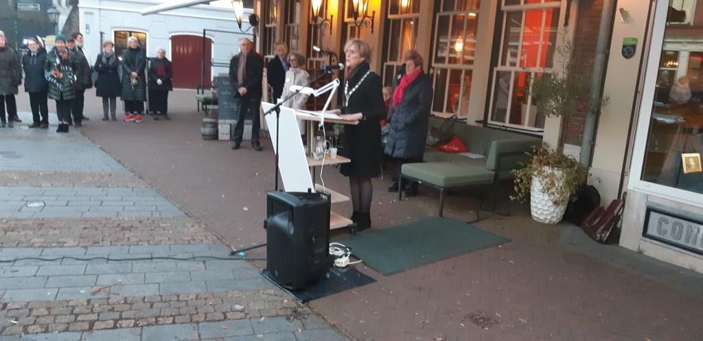 Burgemeester Annette Bronsvoort spreekt de aanwezigen toe. Foto: Ferry Broshuis  © Achterhoek Nieuws b.v.