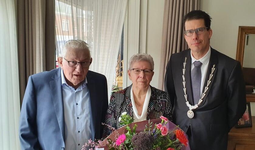 Het echtpaar Bats-Onstein samen met burgemeester Joos van Oostrum. Foto: Rob Weeber