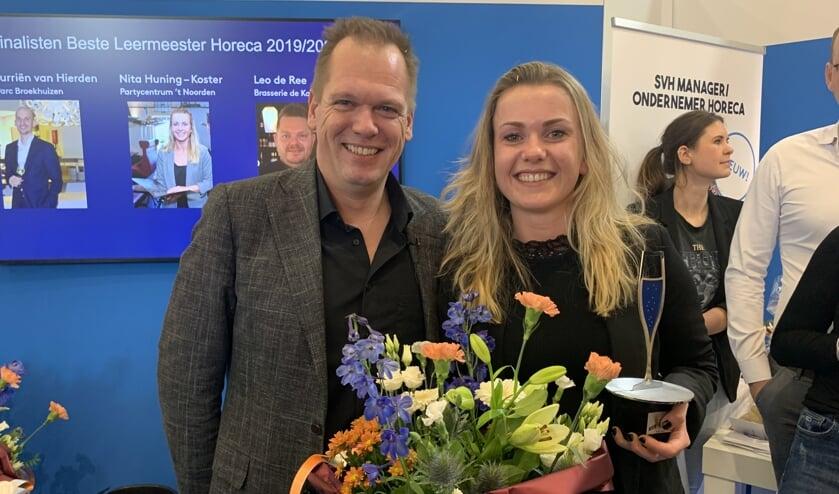 Nita Hüning met de trofee voor haar titel Beste Leermeester van Nederland.  Foto: PR
