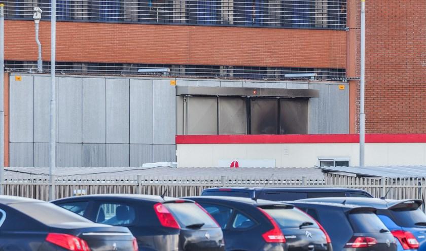 De verbrandde sluitdeur van de Penitentiaire Inrichting in Zutphen. Foto: GinoPress B.V.