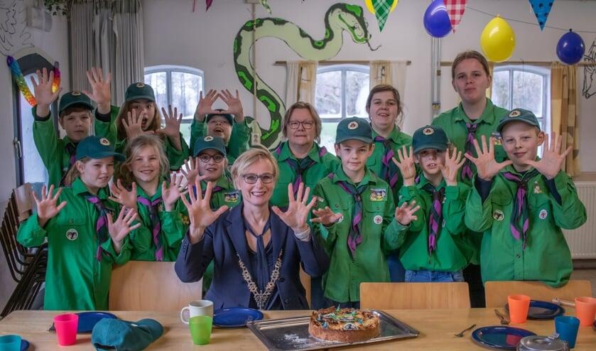 Welpen en leiding van Scouting Sweder van Voorst met burgemeester Besselink. Hoeveel jaar bestaan de welpen in Nederland? Juist, 100 jaar. Foto: Jesse Oukes