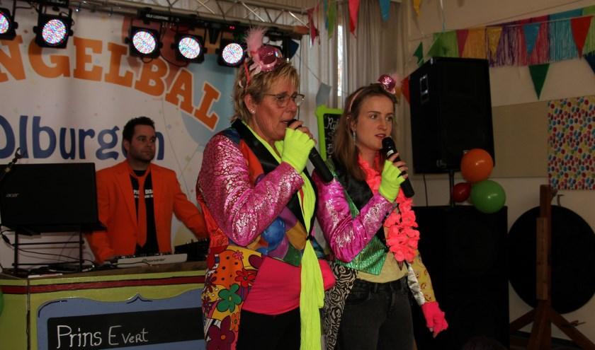 Presentatie van het Bengelbal is in handen van Louise en Lisa. Foto: Achterhoekfoto.nl/Liesbeth Spaansen