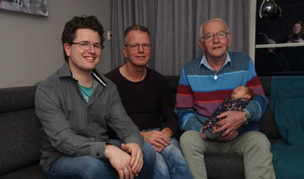 Van links af André, Chris en Henk Elburg met Senna. Foto: Frank Vinkenvleugel  © Achterhoek Nieuws b.v.