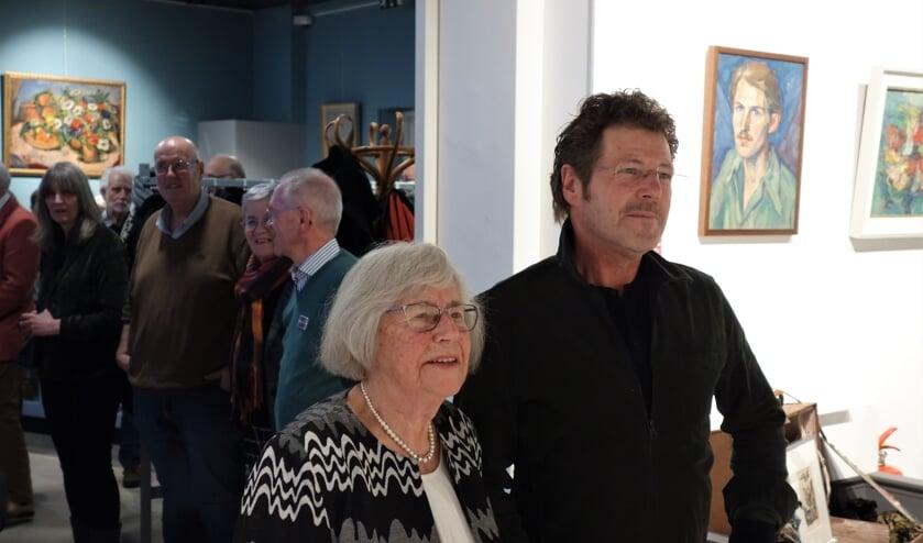 Jan Derk Heesen met zijn moeder Minie kijken naar de zojuist door hen geopende expositie. Foto: Clemens Bielen