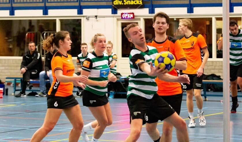 De Zutphense korfballers (groen-wit) in actie. Foto: Leo Koppes (KVZ)