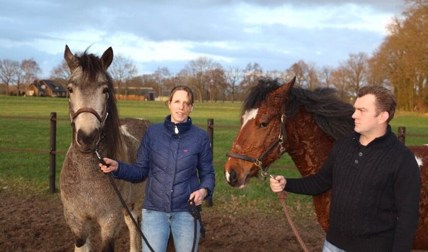 Claudia Spanjaard met Tally en Rob Hattink met Fire. Curly horse is een zeldzaam paardenras dat geschikt is voor mensen met een paardenallergie.