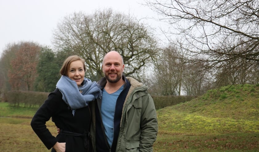Karian van der Haak en Rogier Moed in de tuin van Athanor. Foto: Arjen Dieperink
