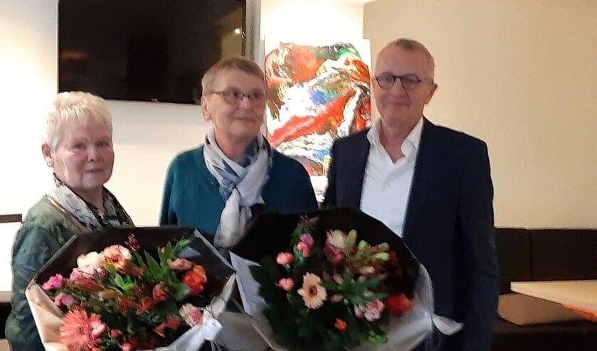 Jubilarissen Riek (links) en Lidy met voorzitter Vincent Elferink. Foto: PR