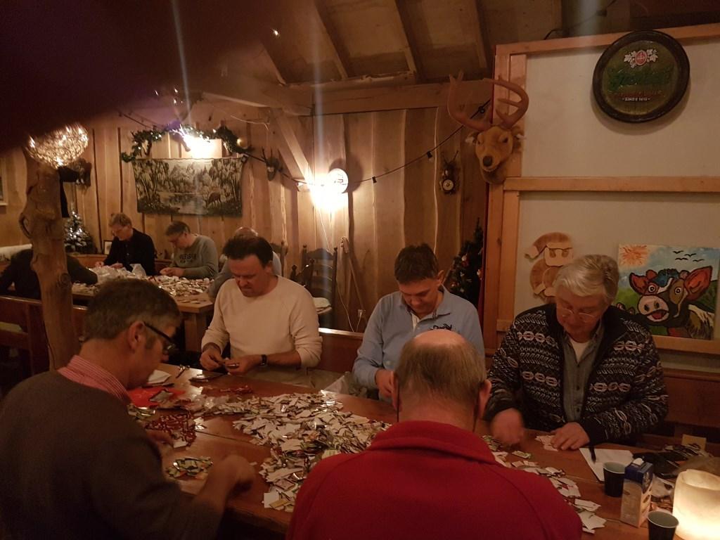 Leden van de Lionsclub Zutphen tellen een enorme hoeveelheid koffiepunten. Foto: PR  © Achterhoek Nieuws b.v.