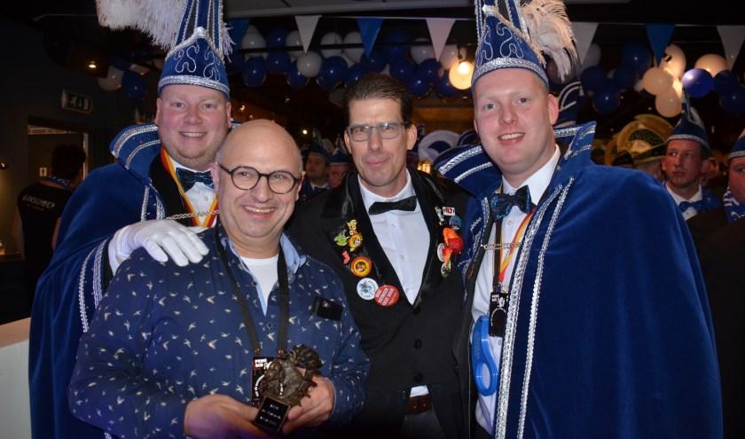 De gedecoreerde Gerwin Starink met de hoogheden van De Waterrot'n en burgemeester Joost van Oostrum. Foto: PR