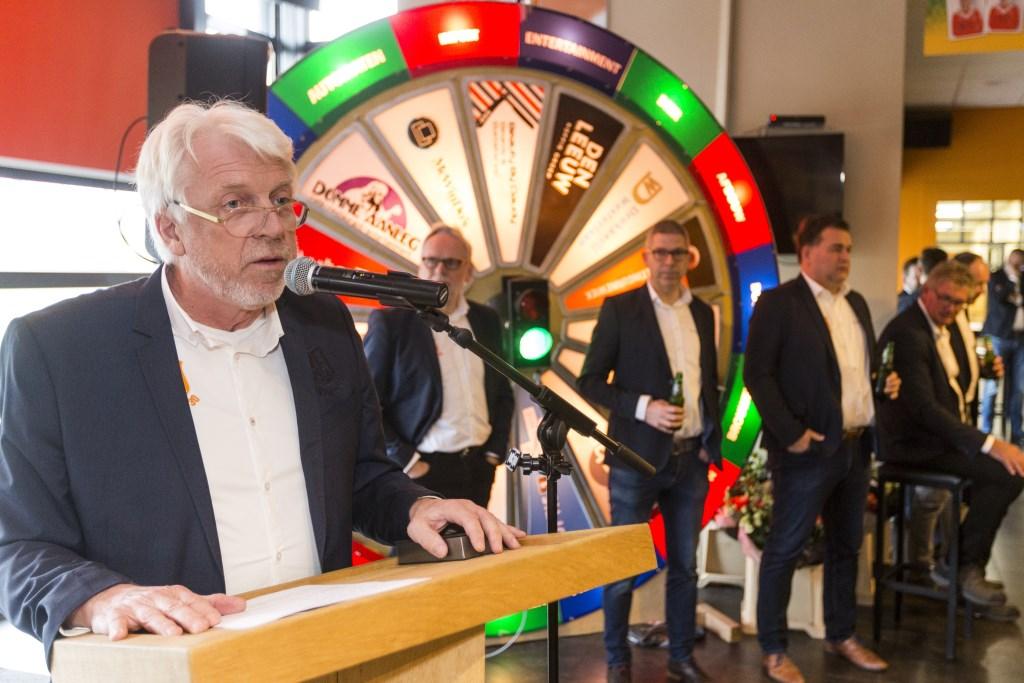 Voorzitter Leo Groeneveld met op de achtergrond het lichtflitsspel. Foto: PR Longa '30 Foto: PR Longa '30 © Achterhoek Nieuws b.v.