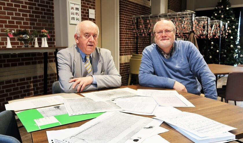 Ben Verheij (links) en Ruud Kaak gaan een cursus 'Oud Schrift' opstarten. Foto: Theo Huijskes
