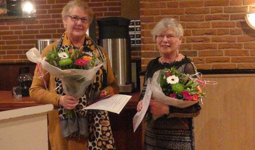 Jubilarissen Vrouwen van Nu Vorden mevrouw H. Laarkamp (l.)en mevrouw F. Pelgrum. Foto: Corry Lensink