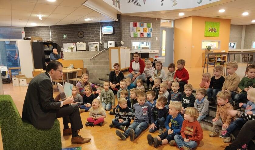Burgemeester Joost van Oostrum leest voor. Foto: Rob Stevens