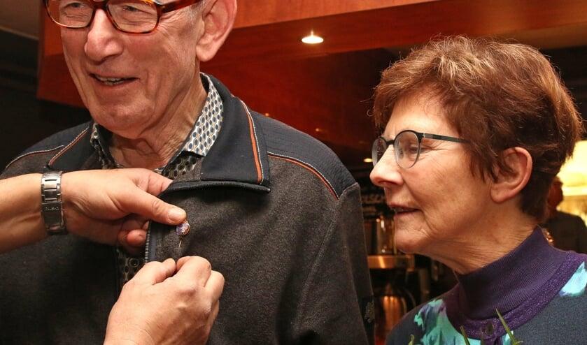 Ludo Eijkelkamp werd gehuldigd omdat hij zestig jaar lid is van het Vordens Mannenkoor. Foto: Theo Frencken
