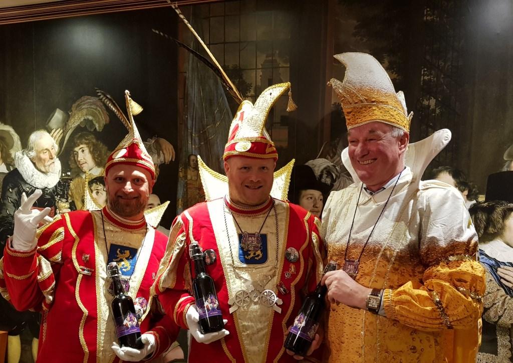 Prins Edwin II (midden) en Adjudant Robby na de uitreiking van de eerste flessen 'Neet te klone(n)' bier door Bart Looman als Prins Pils. Foto: Henri Walterbos  © Achterhoek Nieuws b.v.