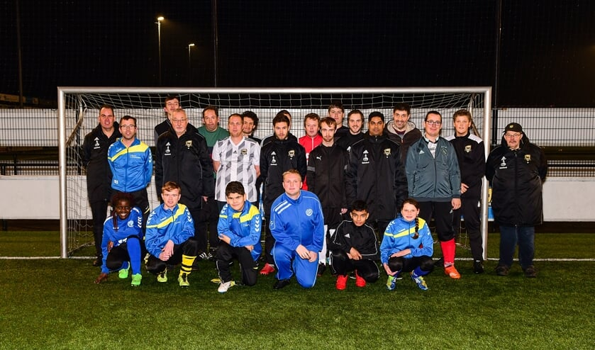 De deelnemers aan de eerste gezamenlijke training van de G-voetballers van FC Winterswijk en MEC en hun trainers. Foto: Evert Braakhekke.