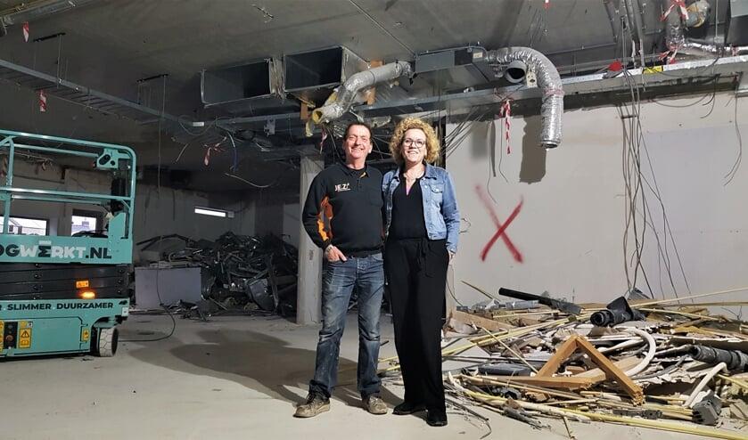 John en Monique van der Voort op de plek tussen het bouwafval waar vanaf 10 februari de inrichting van hun nieuwe Coop staat. Foto: Alice Rouwhorst